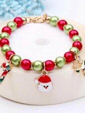 Spalvotų karoliukų apyrankė su Kalėdiniais papuošimais