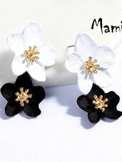 """Puošnūs gėlių auskarai """"JUODA-BALTA"""" dovanų dėžutėse"""