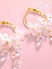 Puošnūs baltų gėlių auskarai