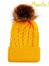 Geltonos kepurės su kailiniais bumbulais