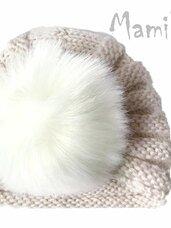 Megztos baltos kepurės su kailiniai bumbulais kūdikiams