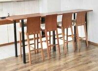 4 medinės rudos spalvos baro kėdės su atrama
