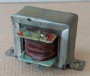 Mažas 4 kontaktų transformatorius, aukštis 3,3 cm, plotis 3,6 cm